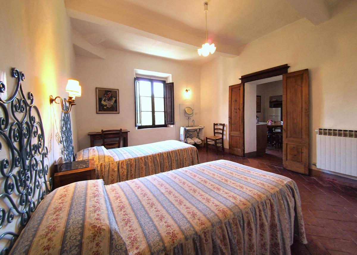 Bedroom La Fattoria: spacious and elegant with views on the Chianti hills